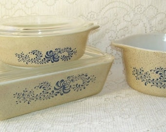Pyrex Homestead  5 Pieces of Kitchen Cookwear,  #471 1 Pint with Lid, 473 1 Qt Without Lid,  503 1 1/2 Quart with Clear Lid, Tan with Blue
