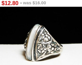 Modernist Flower Ring - Silver tone and White Floral Design Jewelry - Size 7.5