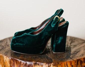 1970s Green Velvet Peep Toe Platform Slingback Platform Heels. Size 5.