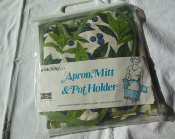 Kay Dee Packaged 3 Piece Kitchen Set, Apron, Mitt & Pot Holder New in Original Packaging