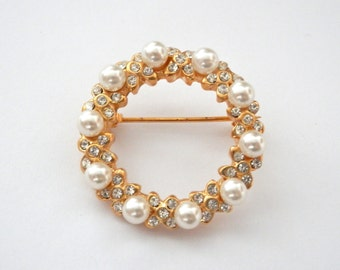 Beautiful Vintage 1960s Brooch, Golden Jewellery, Faux Pearls, Pin-Up