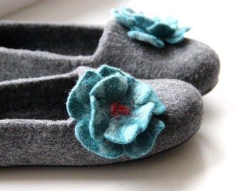 Women slippers hauseshoes, felted wool slippers gray with turquoise felt flower, gift for Mom, warm home shoes, valenki, wool clogs, filz