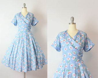 vintage 50s dress / 1950s floral sundress / daisy print floral summer dress / fit and flare dress / blue and red dress