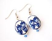 Delfts Blue Ceramic earrings. Dutch tulip earrings. Ceramic Holland earrings. Delft Dutch ceramic. Linnepin 010.