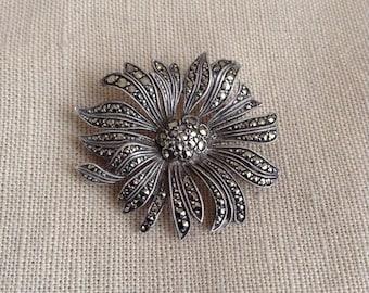 """1950's """"daisy"""" brooch"""