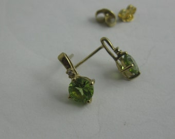 Earring / ear stud in yellow gold 333 with peridot and diamond. VINTAGE earrings