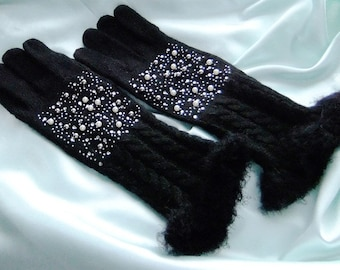 Finger gloves knitted in black with pearls embroidered