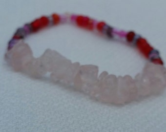 Bracelet with rose quartz chips and red seed beads; stretch bracelet with rose quartz chips and red seed beeds, fun