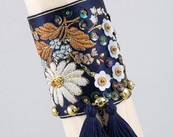 Bracelet manchette-ruban jacquard bleu-brodé de perles et sequins