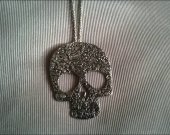 Oversized skull pendant necklace