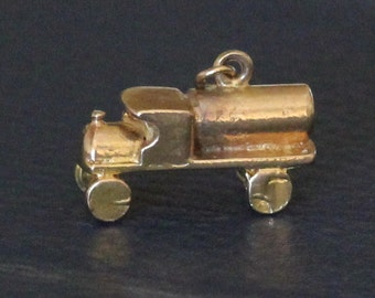 9 ct solid gold charm of a truck (lorry)
