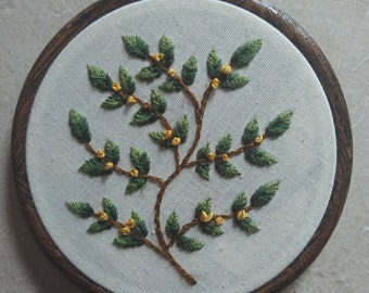 "Embroidered branch with yellow flowers in 4"" faux wood grain hoop"