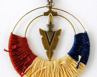 Medallion 'Hunt' red ochre - off-white - blue necklace
