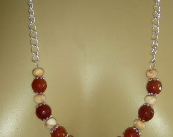 Long necklace with carnelian and fossil