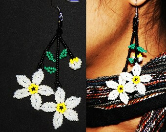 Beaded Daisy Earrings, Huichol Flower Earrings, Huichol Earrings, Seed Bead Earrings, Daisy Flower Earrings, Daisy Jewelry, White Daisy