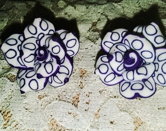 Handmade clay purple flower pierced earrings.