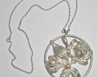 Pretty big vintage silvertone circle roses pendant necklace