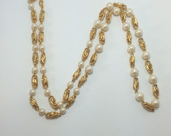 Vintage Gold Tone and Pearl Necklace 9512