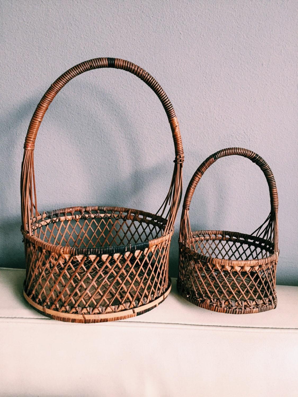 set of vintage rattan baskets w handle nesting baskets w. Black Bedroom Furniture Sets. Home Design Ideas