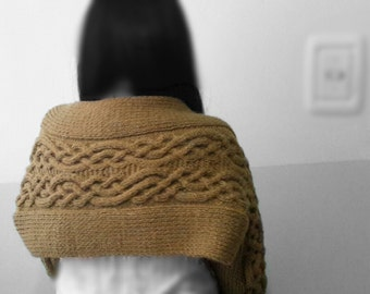 Sweater/sweater Shawl green olive with Celtic braid.