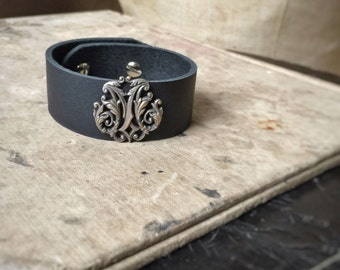 Mara, leather cuff with antique French emblem