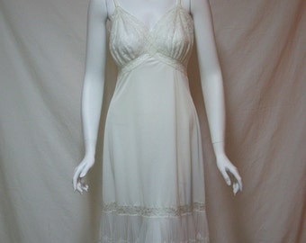 Vintage full slip 1950s Van Raalte Opaquelon #7864 Size 34A Lacy white full slip