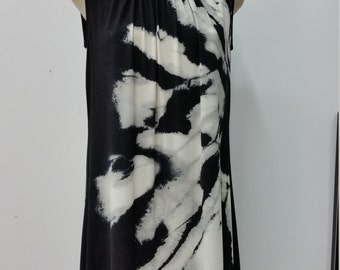 Robe ample froncée à l'encolure, imprimé grande fleur abstraite, noir et gris