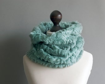Faux fur snood in mint green with paillettes. Faux fur neck warmer. Womens fur scarf. Beige fur collar.