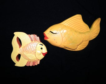 Adorable pair of vintage 50's 60's yellow pearly red lips fishes chalkware ceramic bathroom wall hanging plaque MCM Miller Studio Tiki