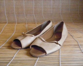 Vintage Lady's Tan Beige Leather Peep Toe Flat Shoes Size: EUR 37 US Woman 6 1/2