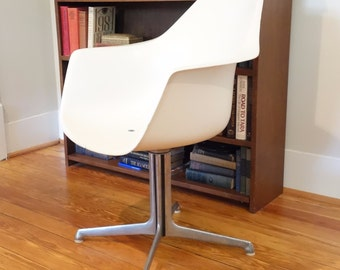 Burke Tulip Arm Chair Mid Century Modern Swivel White Fiberglass Aluminum Propeller Base
