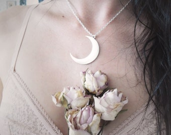 Séléné . collier pendentif lune argentée bijou pagan bohème .