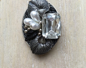 Metal vintage brooche with faceted stone and pearls