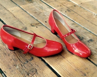 1960s red Mary Janes.shoes.size 7.7 1/2.narrow.mod.buckled.vintage.women's.kitten heels.strappy.leather.seven.baby doll.flats.mary Jane.70s
