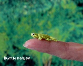 Mini gecko - green. Comes with FREE handmade display box. Dollhouse miniature.