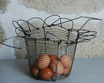 French vintage egg basket in metal wire excellent condition, pretty shape with nice wire handle. Country cottage, French farmhouse chic.