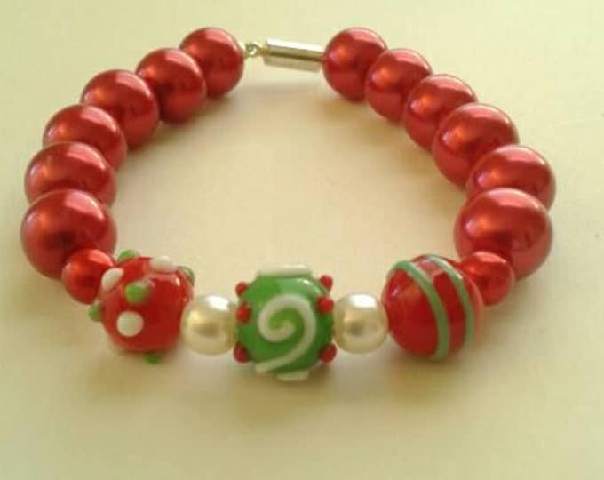 Red Beaded Bracelet, Statement Piece, Glass Bead Bracelet, Green and white, Gift For Her, Gift For Girls, Beaded Jewelry, Christmas Bracelet