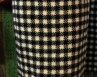 1990' big houndstooth pattern, very thick wool pencil skirt. Size XS.