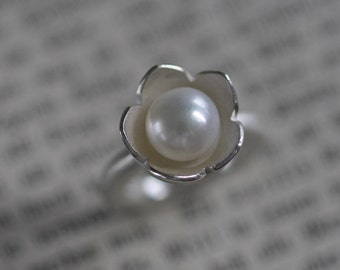 Solid silver with noble White Pearl flower ring
