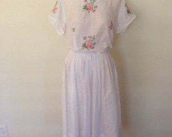 1950's White Cotton & Embroidered Roses Dress