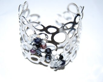 Metal bracelet rodhie with semi-precious pierries surposees such as swarosvki, faceted blue stone and rock crystal