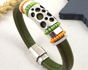 Beads Bracelet leather regaliz green seed beads and silver plated clasp