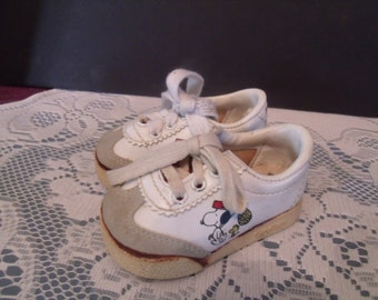 "Vintage Snoopy Baby Shoes, ""Peanuts Snoopers"", from the 1965, (# 562/bb20)"