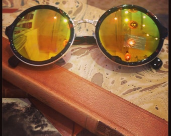 Retro sunglasses: Tortoise frame with yellow reglectant glass.