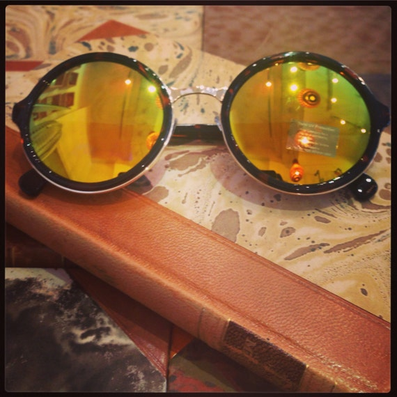 Retro sunglasses: Tortoise frame with yellow reglectant glass.