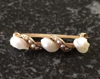 Sweet 14kt gold and pearl pin