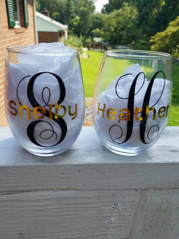Set of 2 customized wine glasses - gift for mom - made with any desired quote