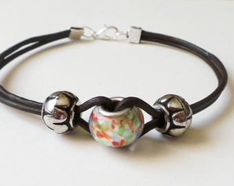 Bracelet in leather and pearls