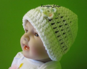 White hat with small flower (0 to 3 months)