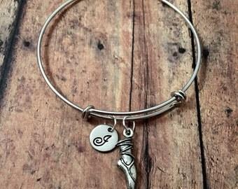 Ballet slipper initial bangle - ballet bracelet, gift for ballerina, toe shoe bracelet, pointe shoe jewelry, silver ballet slipper bangle